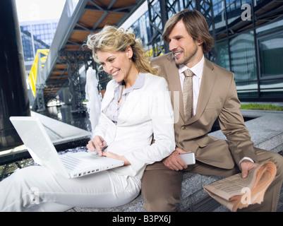 Deutschland, Baden-Württemberg, Stuttgart, Geschäftsleute mit Laptop, eine Pause - Stockfoto