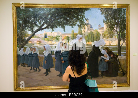 Frau betrachten religiöse Ölgemälde. Museum der bildenden Künste Museo de Belles Artes de Valencia, Spanien - Stockfoto