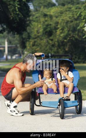 vater und sohn im park joggen stockfoto bild 86468598 alamy. Black Bedroom Furniture Sets. Home Design Ideas