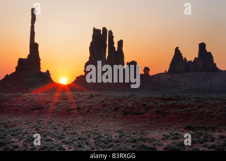 Sonnenaufgang am Yei Bi Chei Felsen im Monument Valley, Arizona - Stockfoto