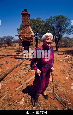 ältere Dame, Haus Ruinen, Outback Australien - Stockfoto