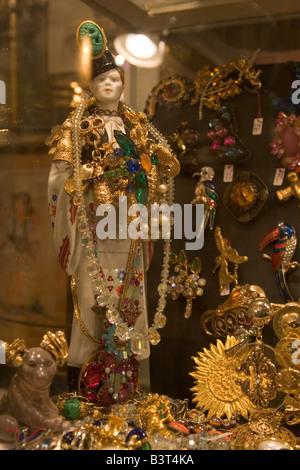 Große Auswahl an verschiedenen Antiquitäten und Second Hand Artikel für den Verkauf in den Geschäften entlang der - Stockfoto