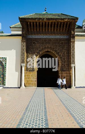 Zwei Kinder verlassen durch den Eingang, das Mausoleum von Moulay Ismail in Meknès, Marokko. - Stockfoto