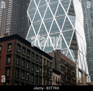 Hearst Tower erhebt sich über alte Gebäude auf der 8th Avenue, New York