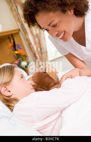 Krankenschwester-Check-Up auf junge Mädchen im Krankenhaus - Stockfoto