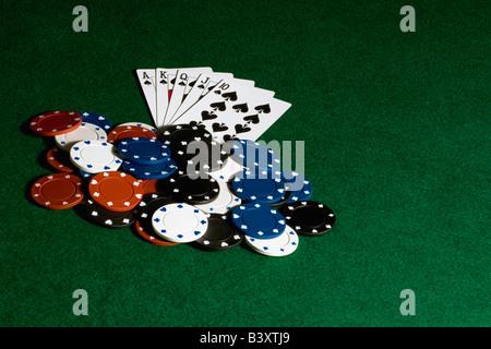 Haufen von Poker-Chips und Karten auf Filz - Stockfoto