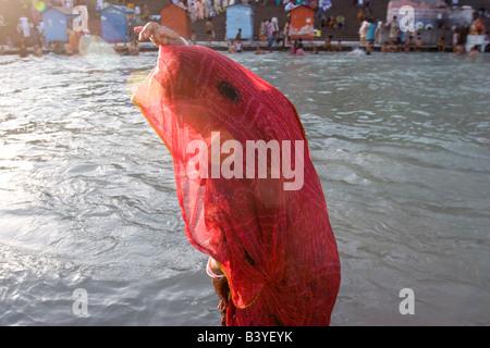 Frau trocknet ihr Sari nach dem Baden im Ganges Fluß, Haridwar, Indien. - Stockfoto