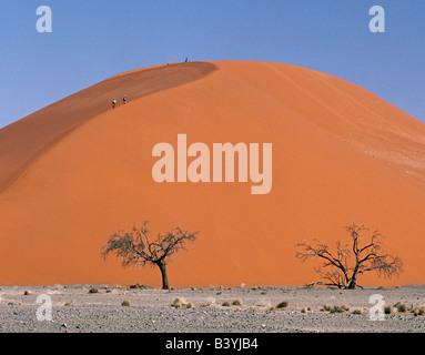Namib-Wüste, Namibia Sesriem. Besucher zum Sesriem wandern nach oben und unten Düne 45 am späten Nachmittag. Diese - Stockfoto