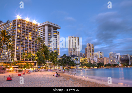Waikiki Beach bei Sonnenuntergang Honolulu Oahu Pazifik Hawaii USA - Stockfoto