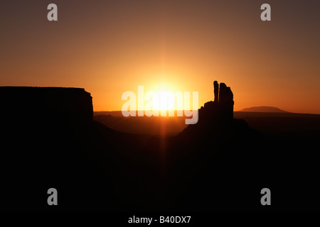 Malerischen Sonnenuntergang Landschaft der Tafelberge im Monument Valley in der Nähe der Grenze zwischen Arizona - Stockfoto