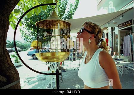 Frau mit Vogel im Käfig Crete Hellas - Stockfoto