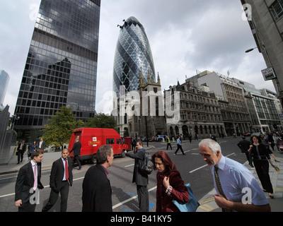Menschen auf der Straße in der Londoner City mit Gurke und Königliche Post van im Hintergrund London UK - Stockfoto