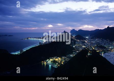 Blick auf Rio De Janeiro mit seinen markanten Skyline von Hügeln und Copacabana-Strand von oben auf den Zuckerhut - Stockfoto