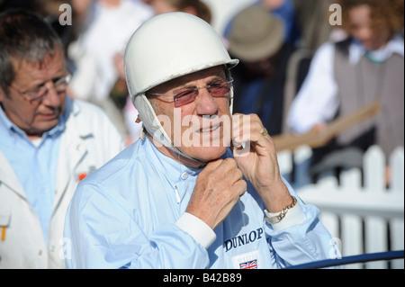 Goodwood Revival 2008: Sterling Moss im Chat mit anderen Fahrern vor Fahrtantritt. Bild von Jim Holden. - Stockfoto