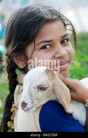 Indische Mädchen hält eine Zicklein-Ziege. Andhra Pradesh, Indien - Stockfoto