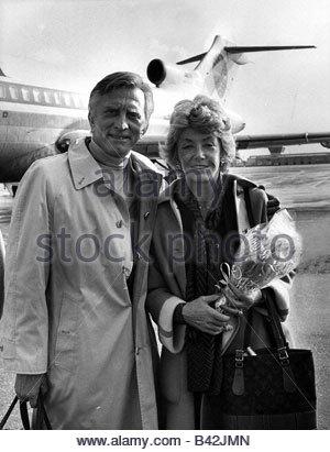 Douglas, Kirk, * 9.12.1916, US-amerikanischer Schauspieler, halbe Länge, mit seiner Frau Anne Buydens, Flughafen - Stockfoto