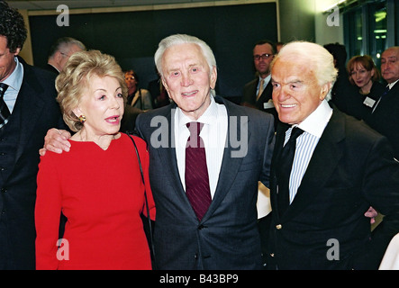 Douglas, Kirk, * 9.12.1916, US-amerikanischer Schauspieler, halb so lang, mit seiner Frau Anne Buydens und Jack - Stockfoto