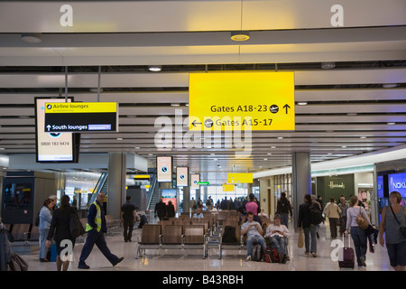 Heathrow größere London England UK Heathrow Flughafen International Abfahrtaufenthaltsraum in British Airways Terminal - Stockfoto