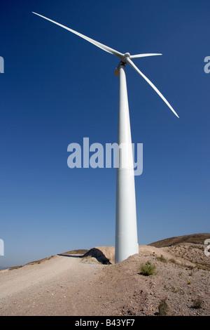 Wind trieb stromerzeugende Turbinen bis auf Türmen. - Stockfoto