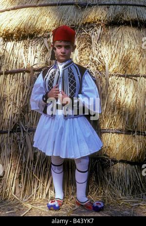 1, 1, Griechisch, Griechisch Junge, Junge, tragen Tracht, Augenkontakt, Vorderansicht, in der Nähe von Udine, Pindos - Stockfoto