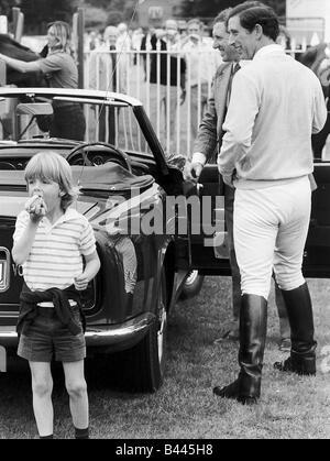 Tom Parker Bowles links einen Hot Dog Essen, wie Prinz Charles war in seinem Auto Tom zu seinem Patenkind ist und - Stockfoto