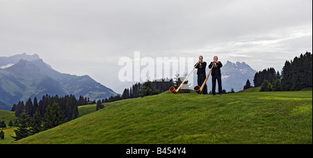 Alphorn-Spieler in den Bergen - Stockfoto