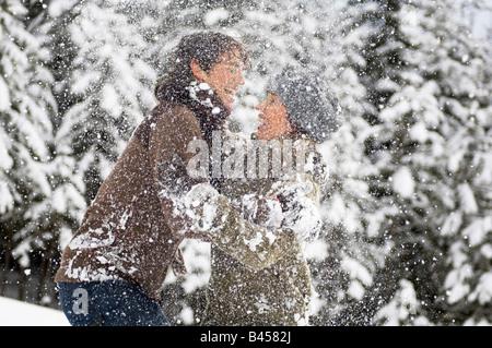Österreich, Salzburger Land, Altenmarkt, junges Paar herumalbern mit Schnee - Stockfoto