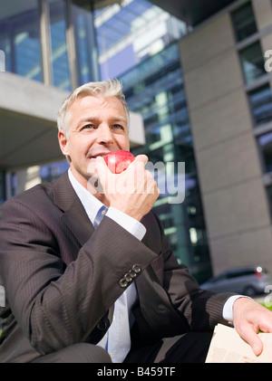 Deutschland, Baden-Württemberg, Stuttgart, Geschäftsmann hält einen Apfel - Stockfoto