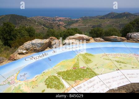 Eine bemalte Karte an einem Aussichtspunkt gibt Auskunft über die Weinberge im Hinterland der Côte Vermeille / Southern - Stockfoto