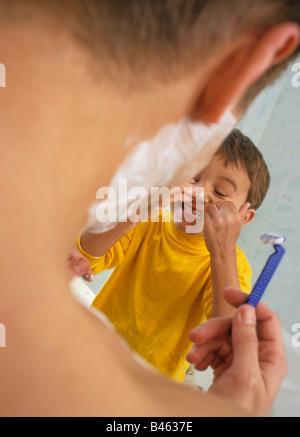 Vater und Sohn rasieren - Stockfoto