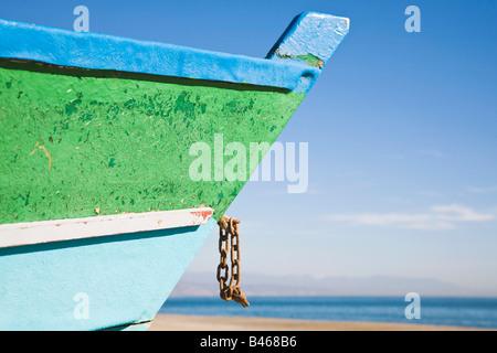 Torremolinos, Provinz Malaga, Costa Del Sol, Spanien, Fischerboot am Strand Playamar Bajondillo - Stockfoto
