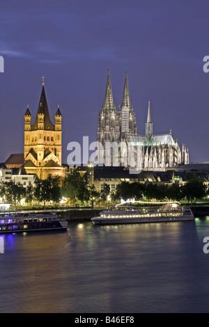 Großer St.-Martins Kirche und Kölner Dom am Rhein bei Nacht - Stockfoto