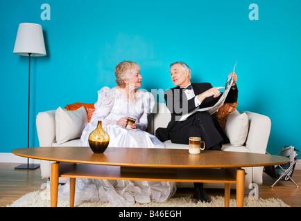 Senior-Braut und Bräutigam im Wohnzimmer - Stockfoto