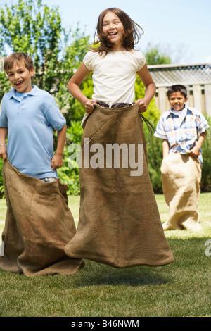 Kinder im Sackhüpfen Stockfoto