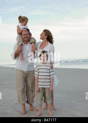 Familie am Strand - Stockfoto