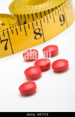 Maßband und Diät-Pillen - Stockfoto