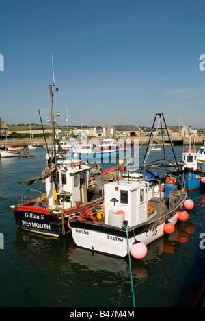 Angelboote/Fischerboote gefesselt in West Bay Harbour, in der Nähe von Bridport, Dorset, England, UK - Stockfoto