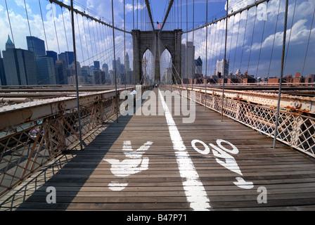 Der Gang über die Brooklyn Bridge in New York City hat getrennte Fahrspuren für Fußgänger Wanderer und Radfahrer. - Stockfoto