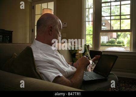 Mann arbeitet in seinem Büro zu Hause - Stockfoto