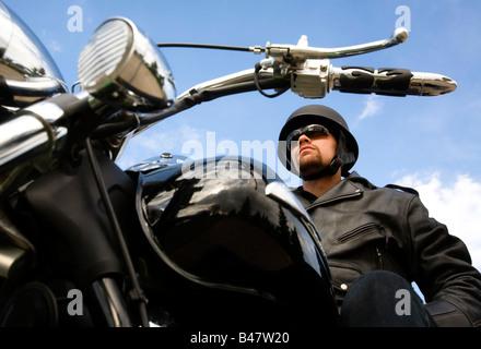 Mann sitzt auf dem Motorrad - Stockfoto