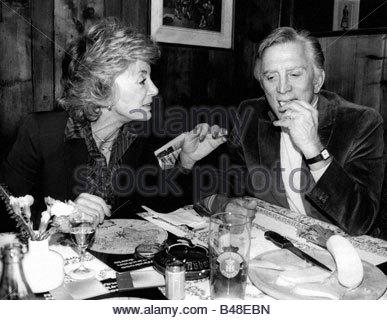 Douglas, Kirk, * 9.12.1916, US-amerikanischer Schauspieler, halbe Länge, mit seiner Frau Anne Buydens, Restaurant - Stockfoto