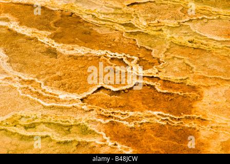 bunte abstrakte Muster in ein Thermalbad in den Geysir-Becken des Yellowstone National Park - Stockfoto