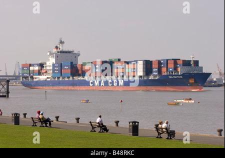 Containerschiff CMA CGM Rose Monrovia, Segeln ab der Mündung der Themse bei Gravesend - Stockfoto