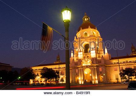 U-S Fähnchen hängen Laterne vor dem Rathaus für Labor Day Pasadena Kalifornien - Stockfoto