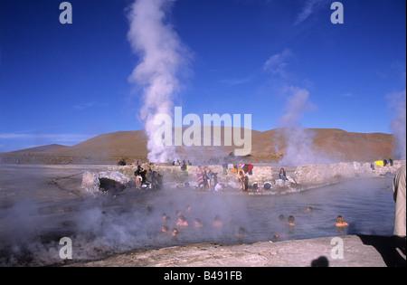 Touristen genießen die heißen Quellen von El Tatio Geysirfeld in der Nähe von San Pedro de Atacama, Region II, Chile - Stockfoto