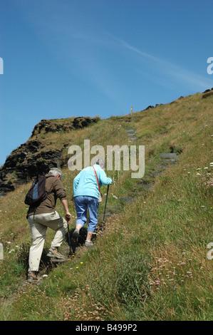 zwei Wanderer auf dem South West Coast Path in der Nähe von Boscastle, North Cornwall, England, UK - Stockfoto