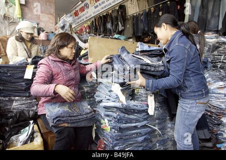 Jeans-Stand auf dem Cho Dong Xuan Markt, Hanoi, Vietnam - Stockfoto