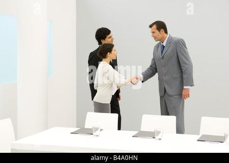 Geschäftspartnern, die Hände schütteln - Stockfoto