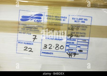 Gestempelt Sendungsdetails auf eine Styroporbox frischen Thunfisch in Lagerung in einem Heathrow Flughafen Lager - Stockfoto