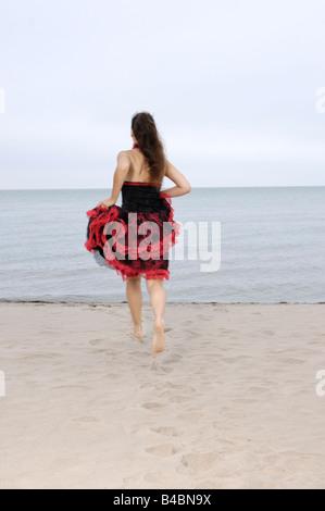 Junge Frau auf dem Wasser laufen - Stockfoto